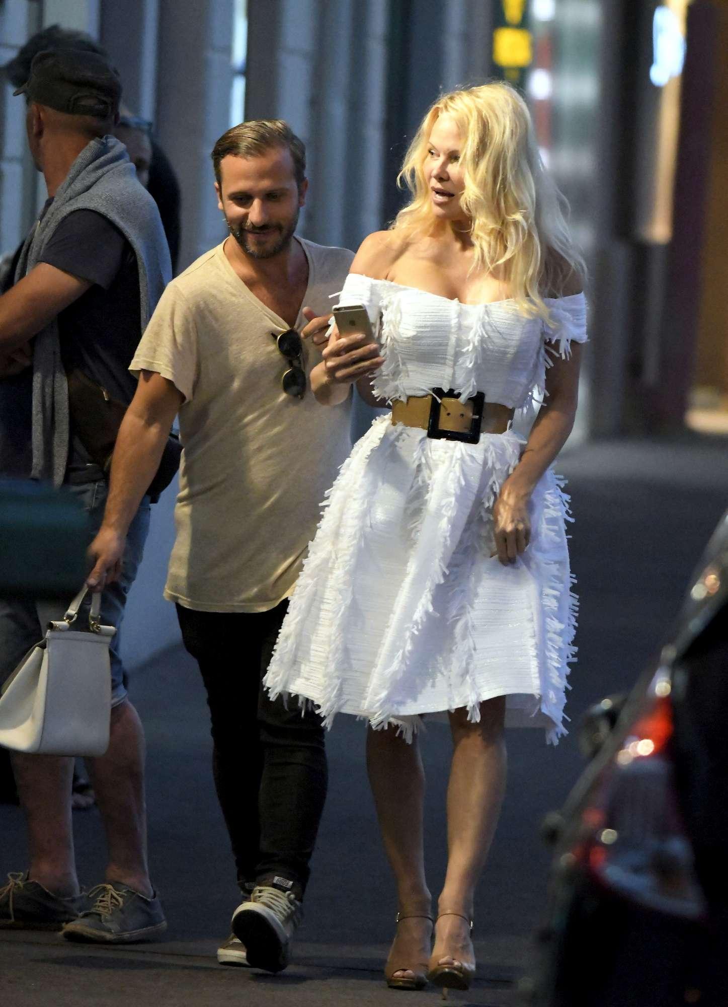Pamela Anderson, generoso décolleté e misterioso accompagnatore a Saint Tropez