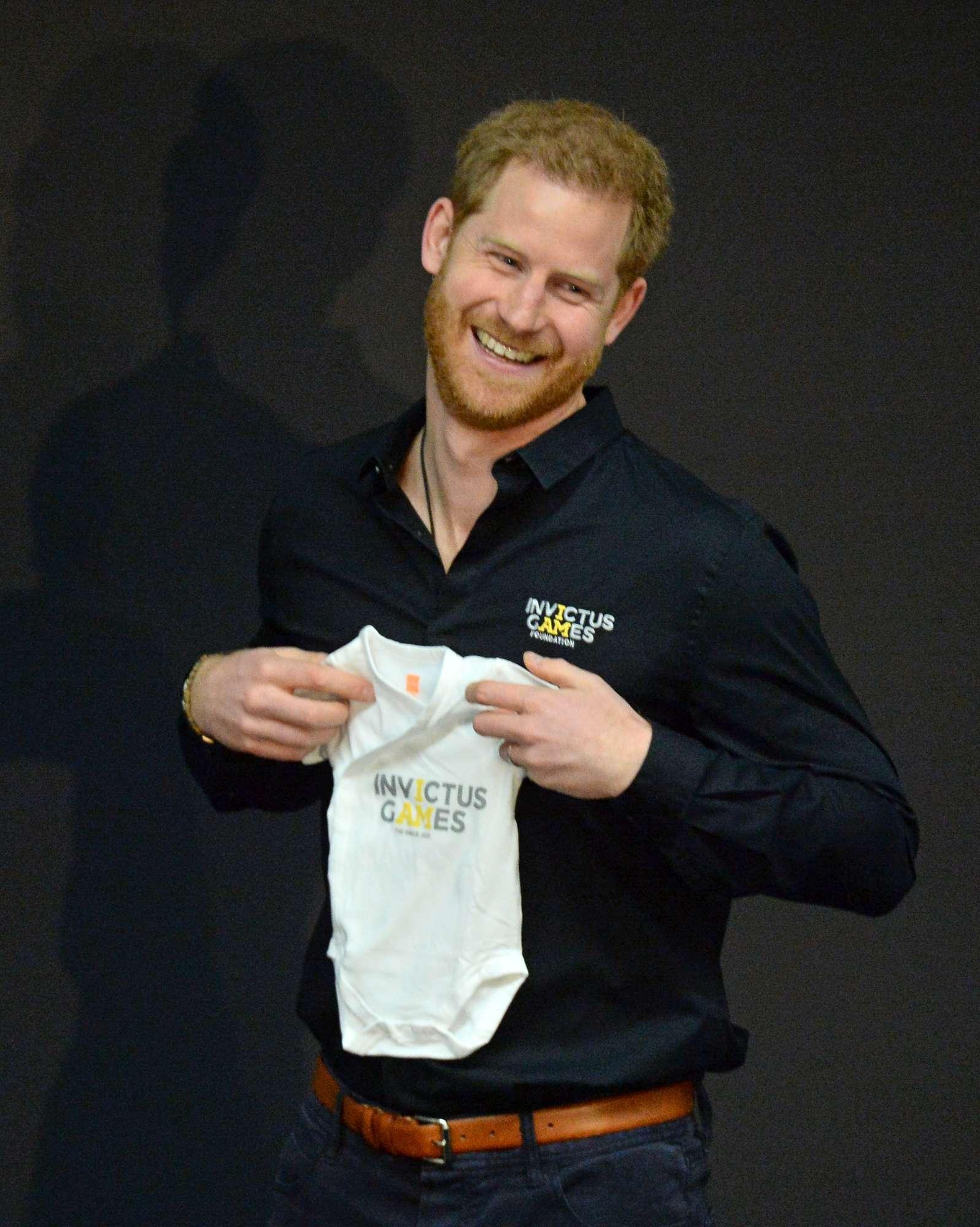 Principe Harry, prima uscita da papà tra i regali