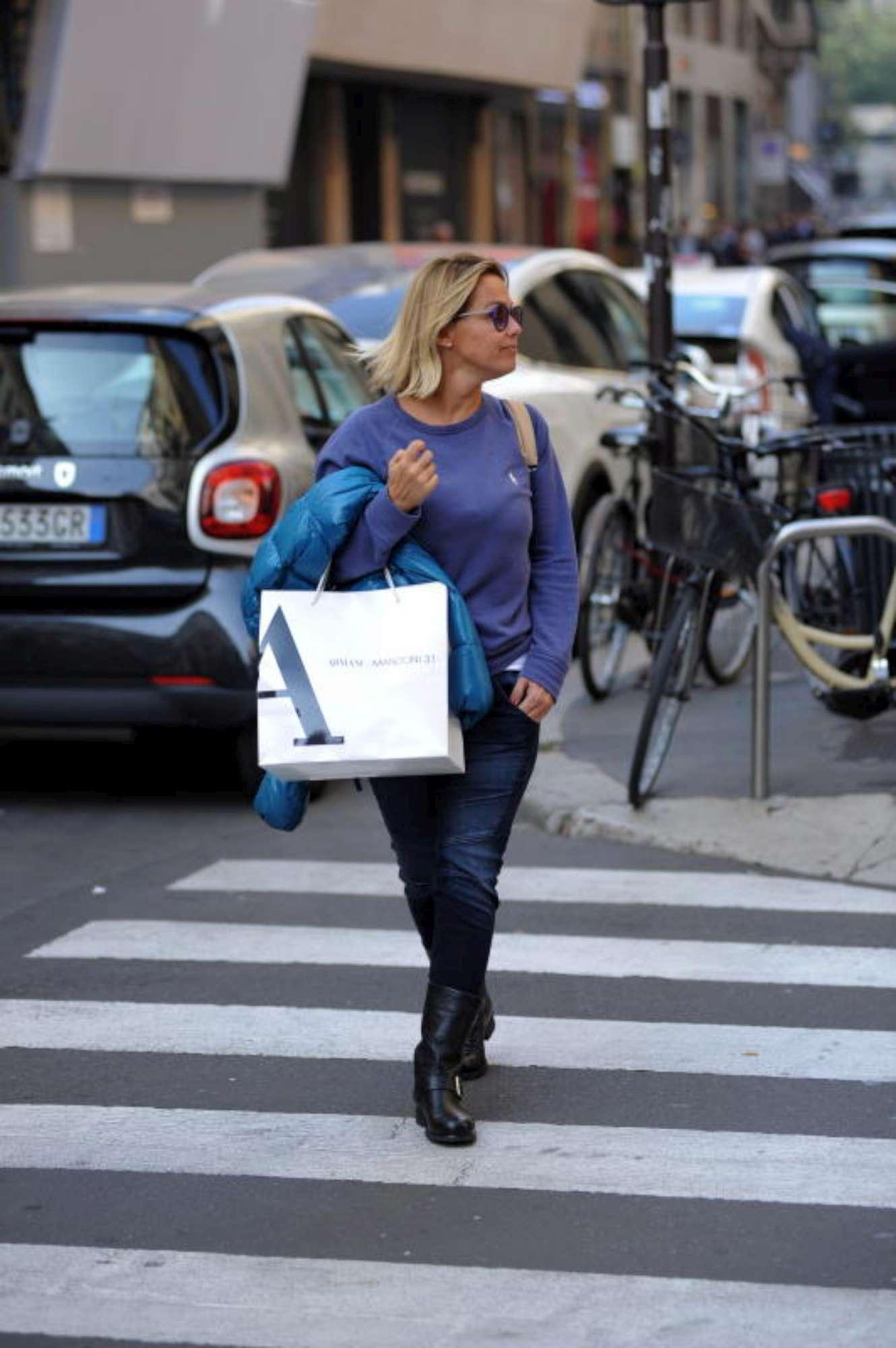 Shopping milanese per la moglie di Paolo Bonolis