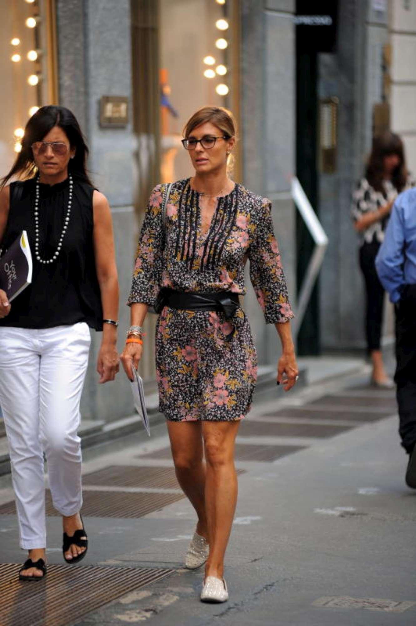 Martina Colombari, look trendy per una passeggia in centro con un amica
