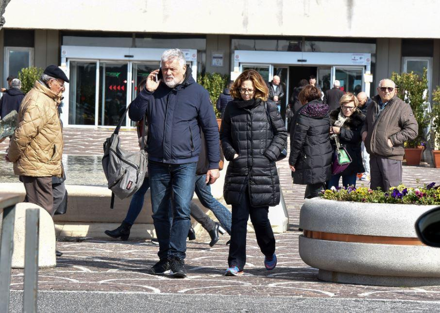 Fabrizio Frizzi, colleghi ed amici in processione all'ospedale