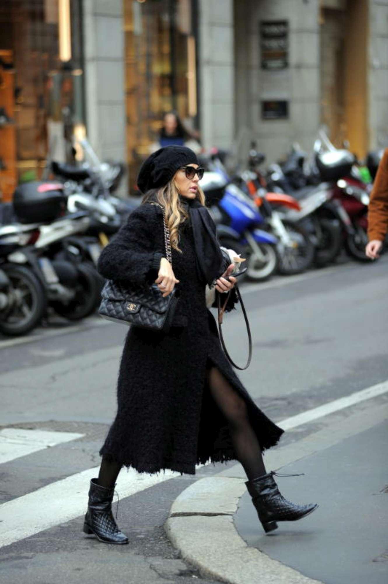 Cecilia Capriotti fa shopping imbacuccata, ma in boutique si spoglia
