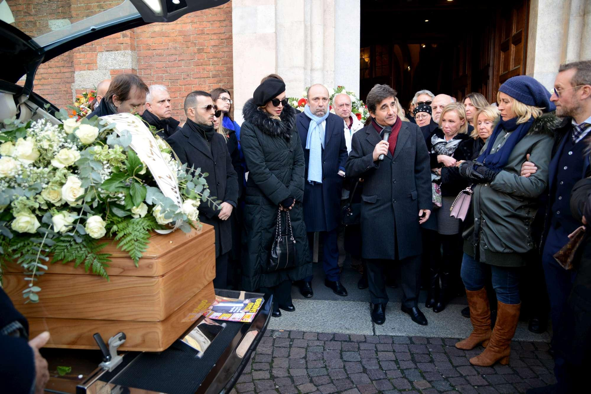 Ultimo saluto a Sandro Mayer, da Cristiano Malgioglio a Milly Carlucci al funerale a Milano
