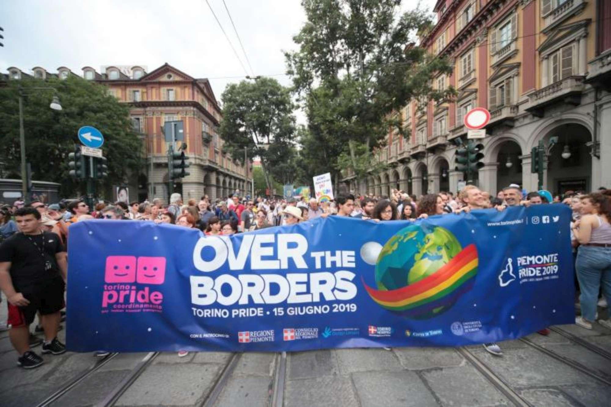 Gay pride: a Torino sfilano anche il sindaco Appendino e Luxuria