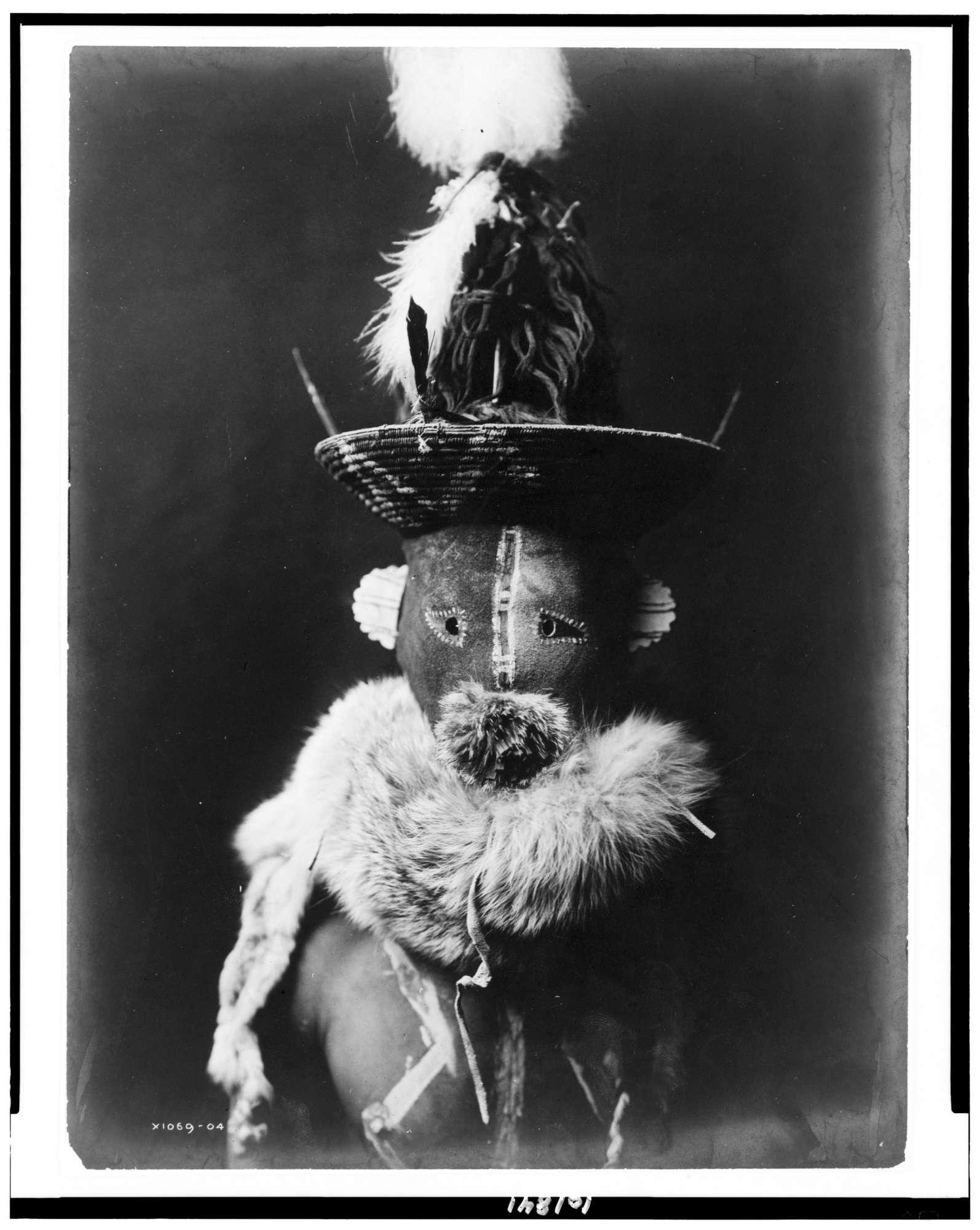 Nativi americani, le  terrificanti  maschere del popolo Navajo a inizio Novecento