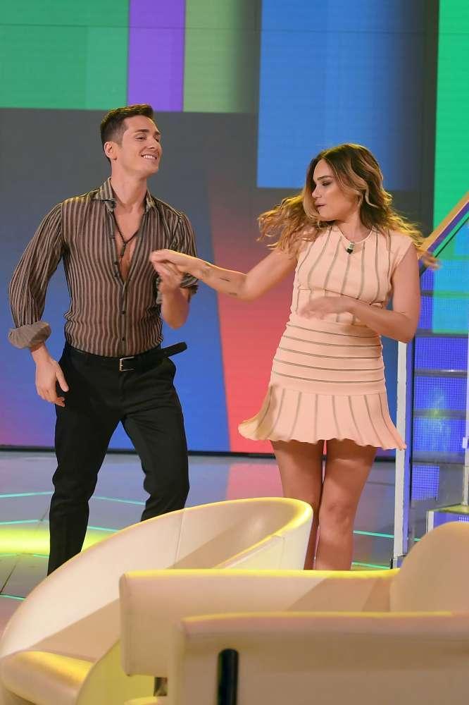 Romina Junior, sotto il vestito... niente e mentre balla scopre il lato B
