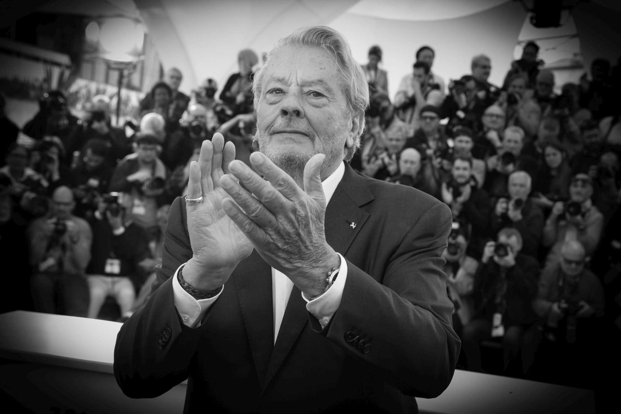 Alain Delon premiato a Cannes con la Palma d oro
