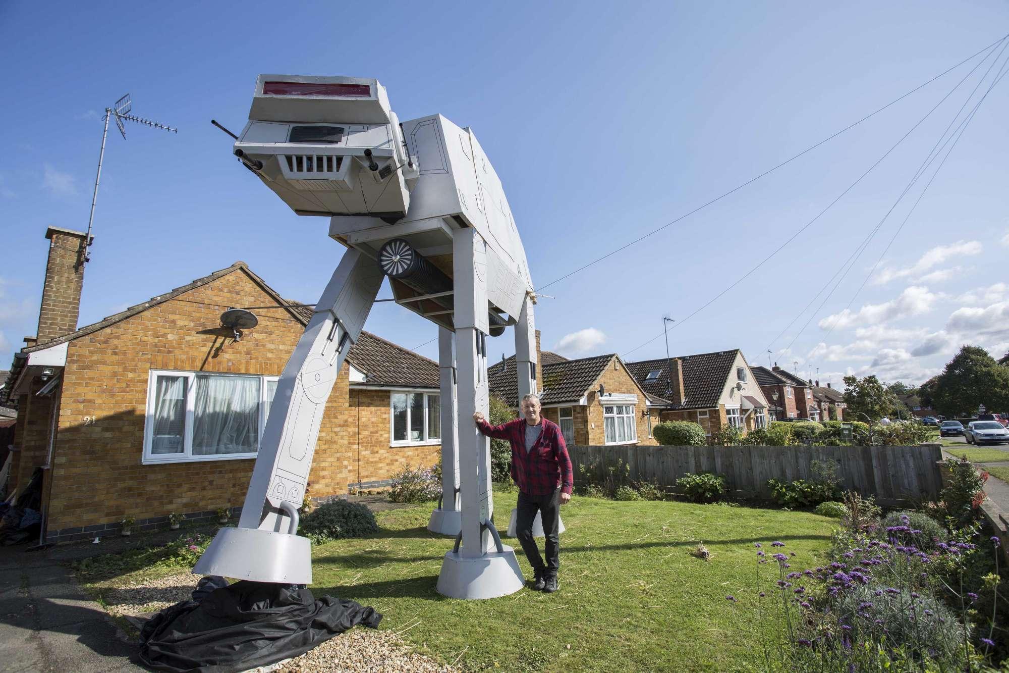 Giardino Di Una Casa star wars nel giardino di casa: ecco la mega scultura di un