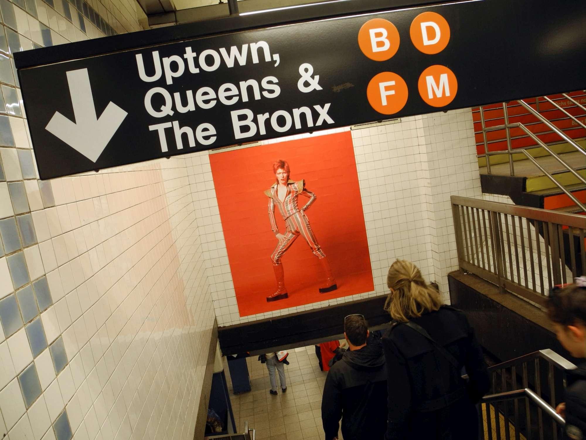 New York celebra David Bowie nella metropolitana di Broadway-Lafayette