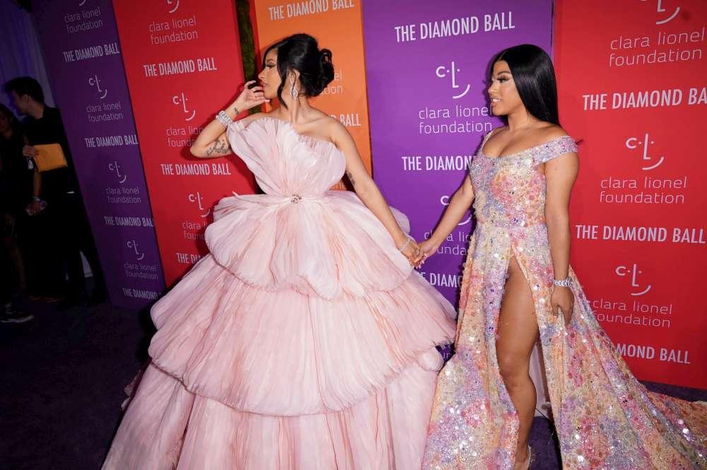 Al Diamond Ball di Rihanna vanno in scena l  abbondanza  di forme e... qualche siparietto hot