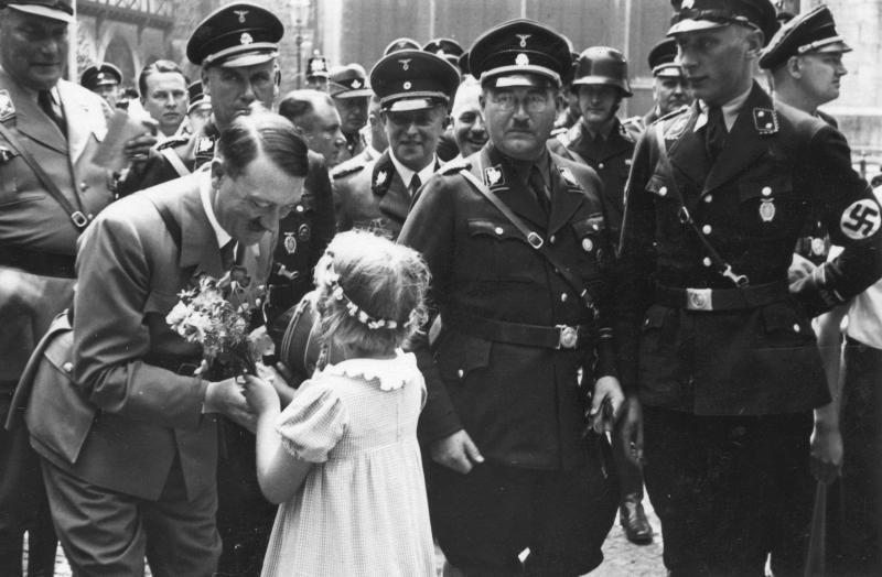 Seconda Guerra Mondiale, le foto inedite di Hitler e delle SS al lavoro