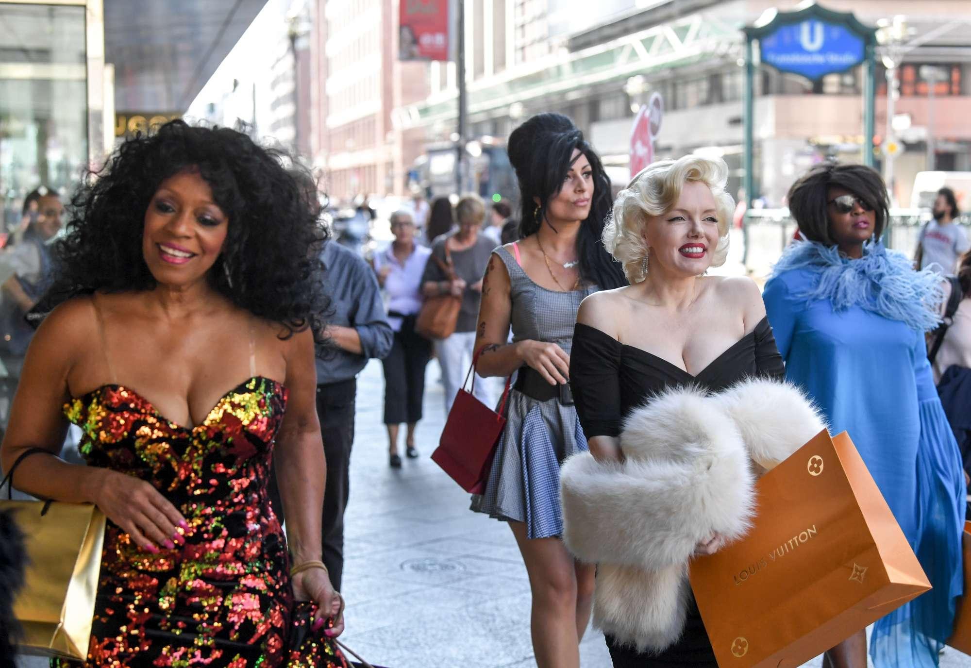 Amy Winehouse, Madonna, Jennifer Lopez e Marilyn Monroe insieme a Berlino... ma sono le sosia!