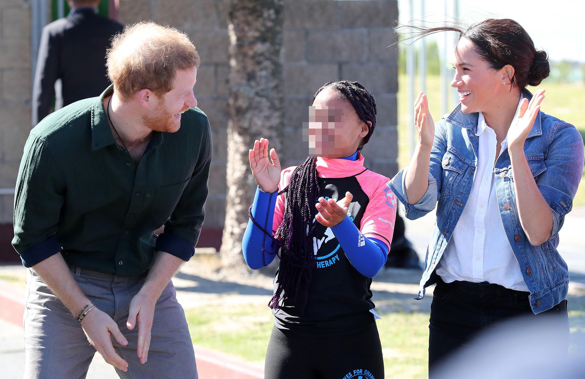 Harry e Meghan sorridenti e sportivi tra i bimbi africani