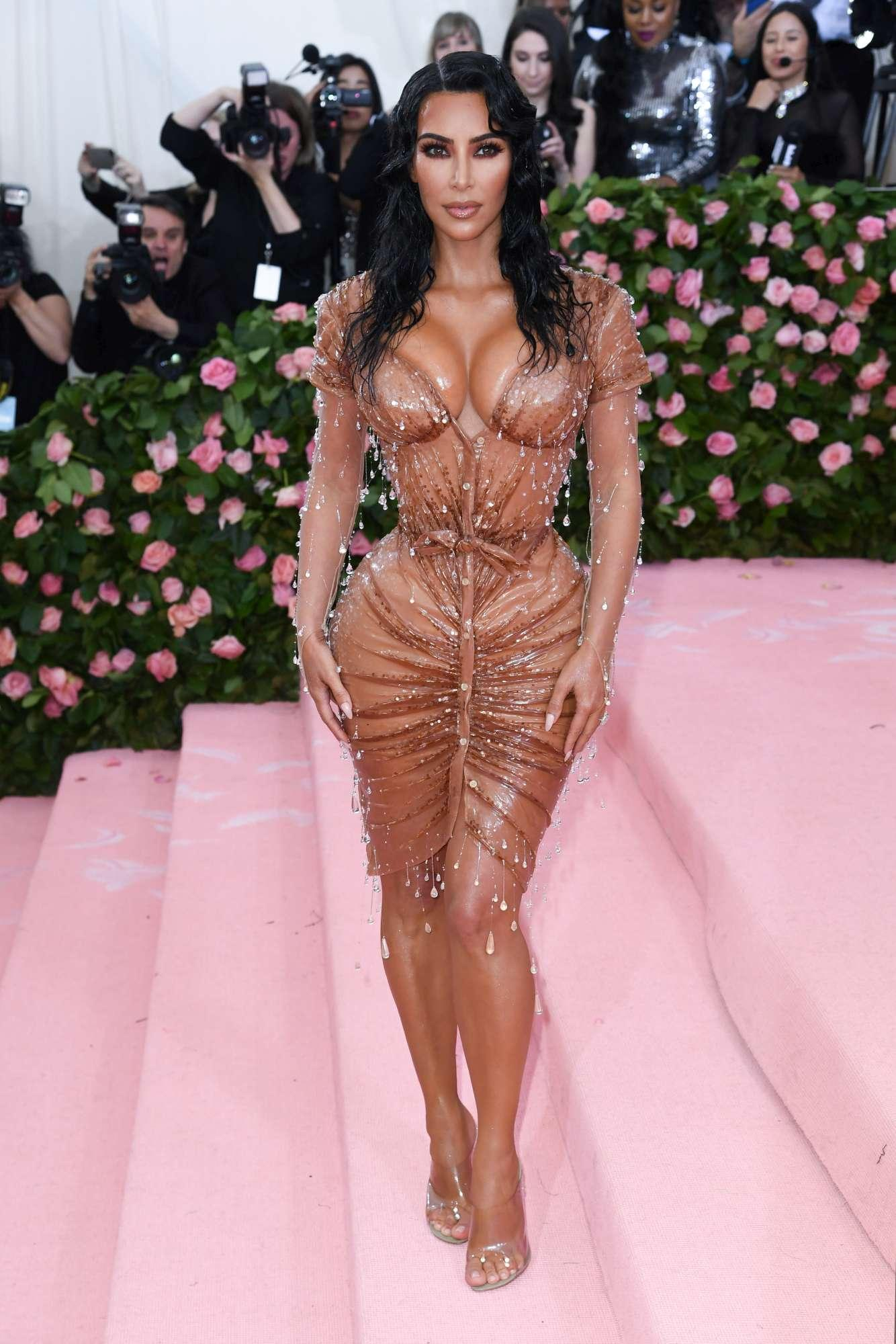 Kim Kardashian, il corpetto caramello è strabiliante