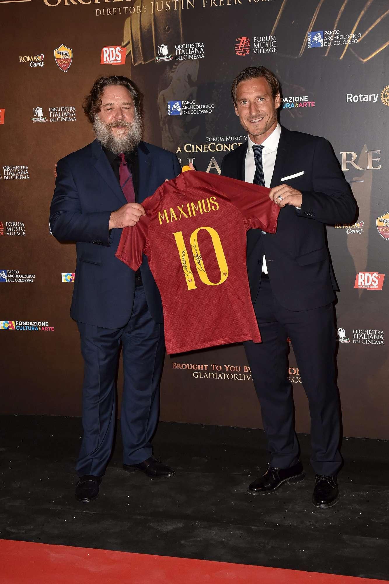 Russell Crowe a Roma per  Il Gladiatore in concerto , Totti gli regala la maglia numero 10