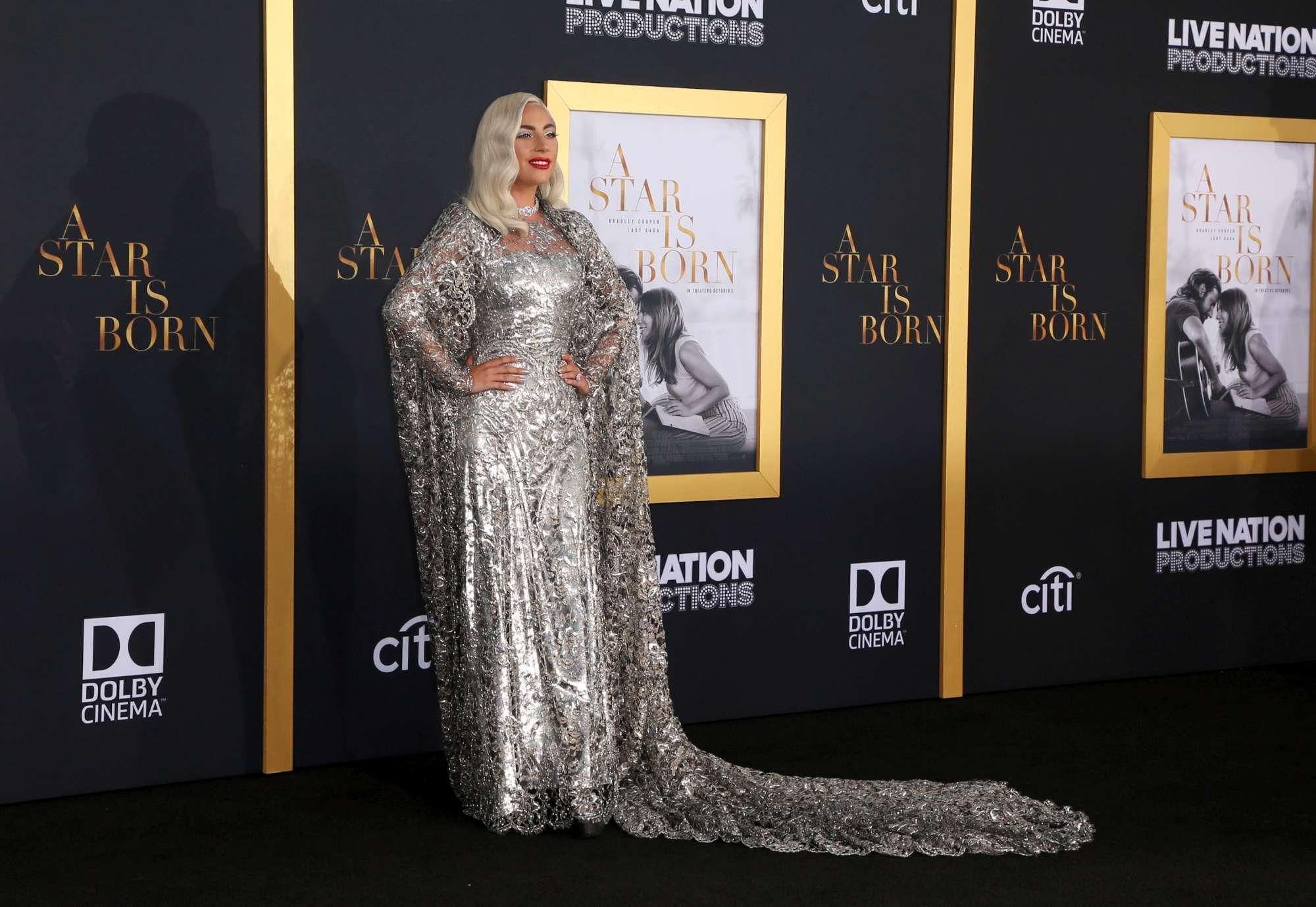Lady Gaga, regale e bellissima con un look tutto argentato: una vera e propria...  Star