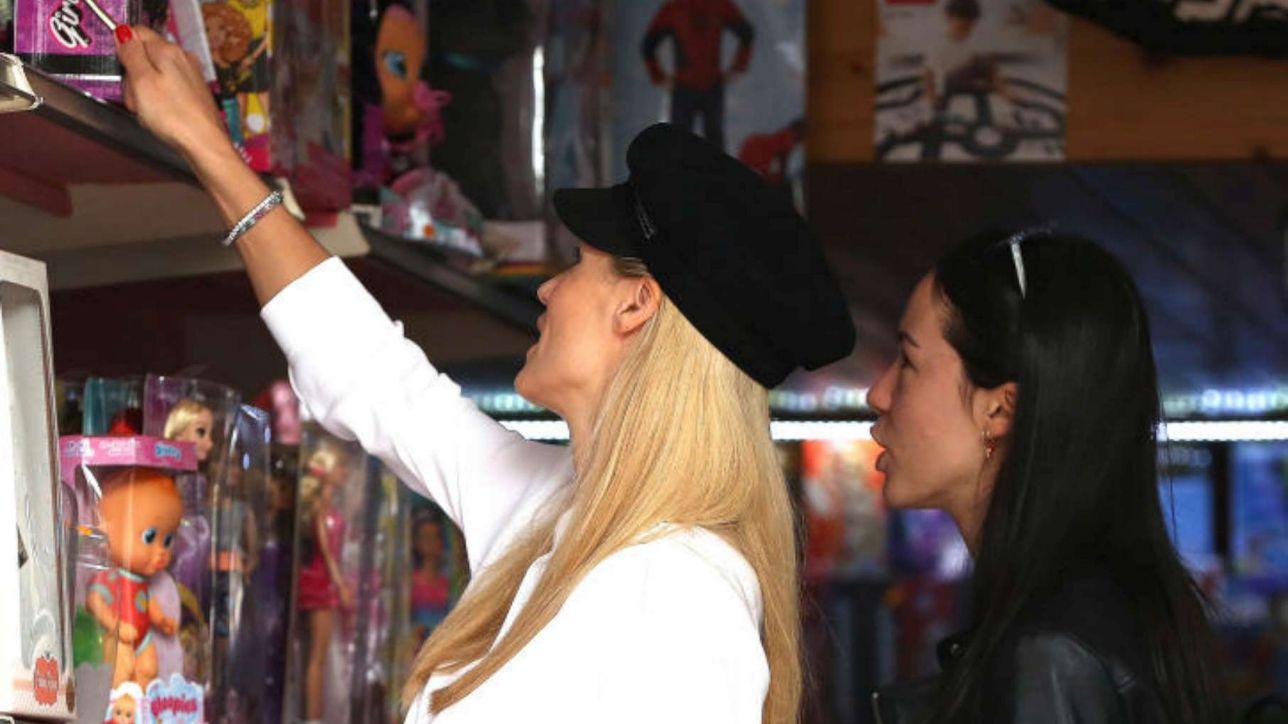 Michelle Hunziker e Aurora Ramazzotti a caccia di bambole