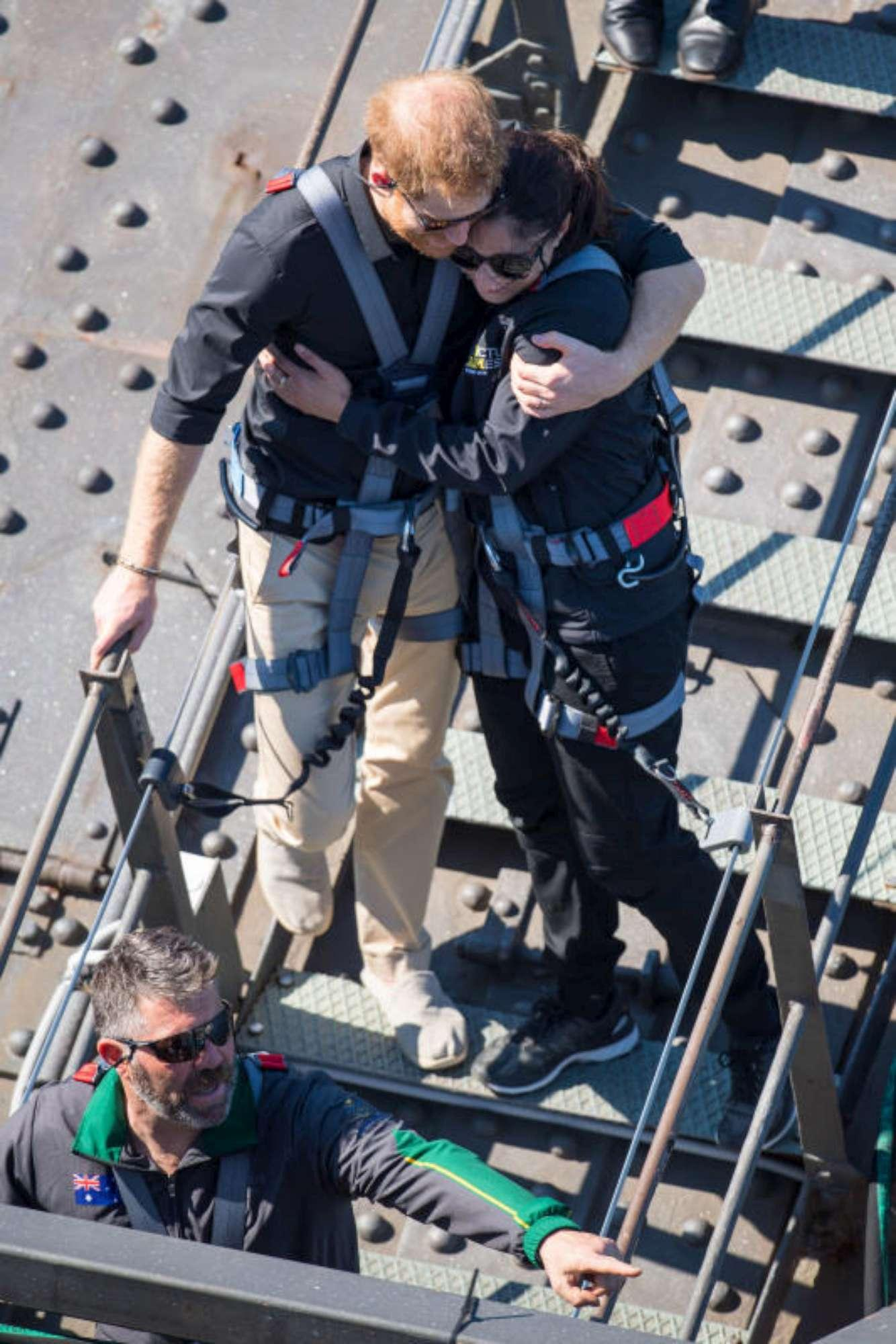 Meghan e Harry in Australia: lei mostra il pancino, lui la coccola