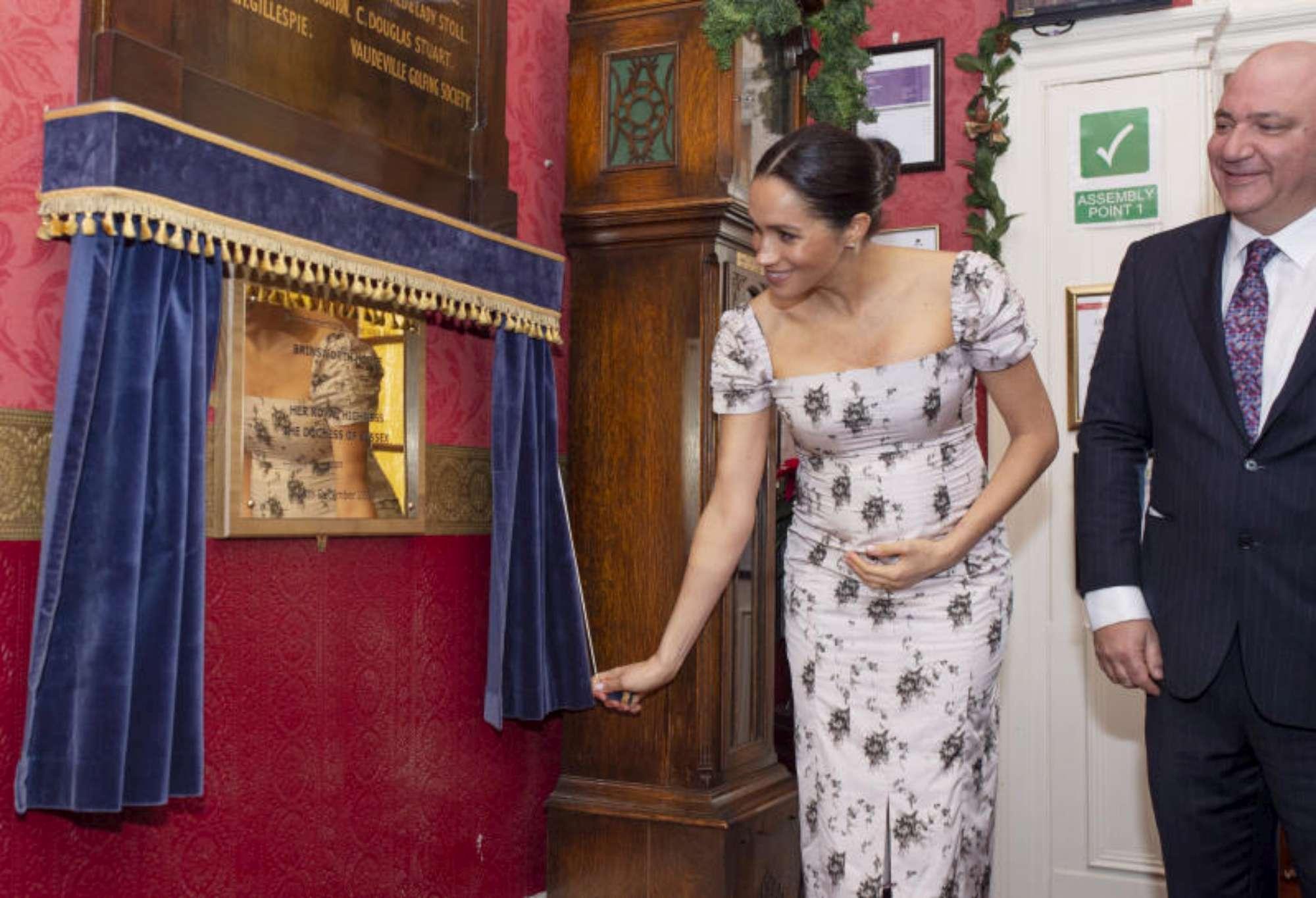 Meghan Markle, il pancione non sta più nel vestito
