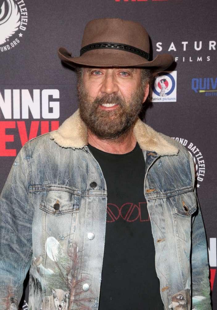 Nicolas Cage irriconoscibile alla première di  Running with the Devil