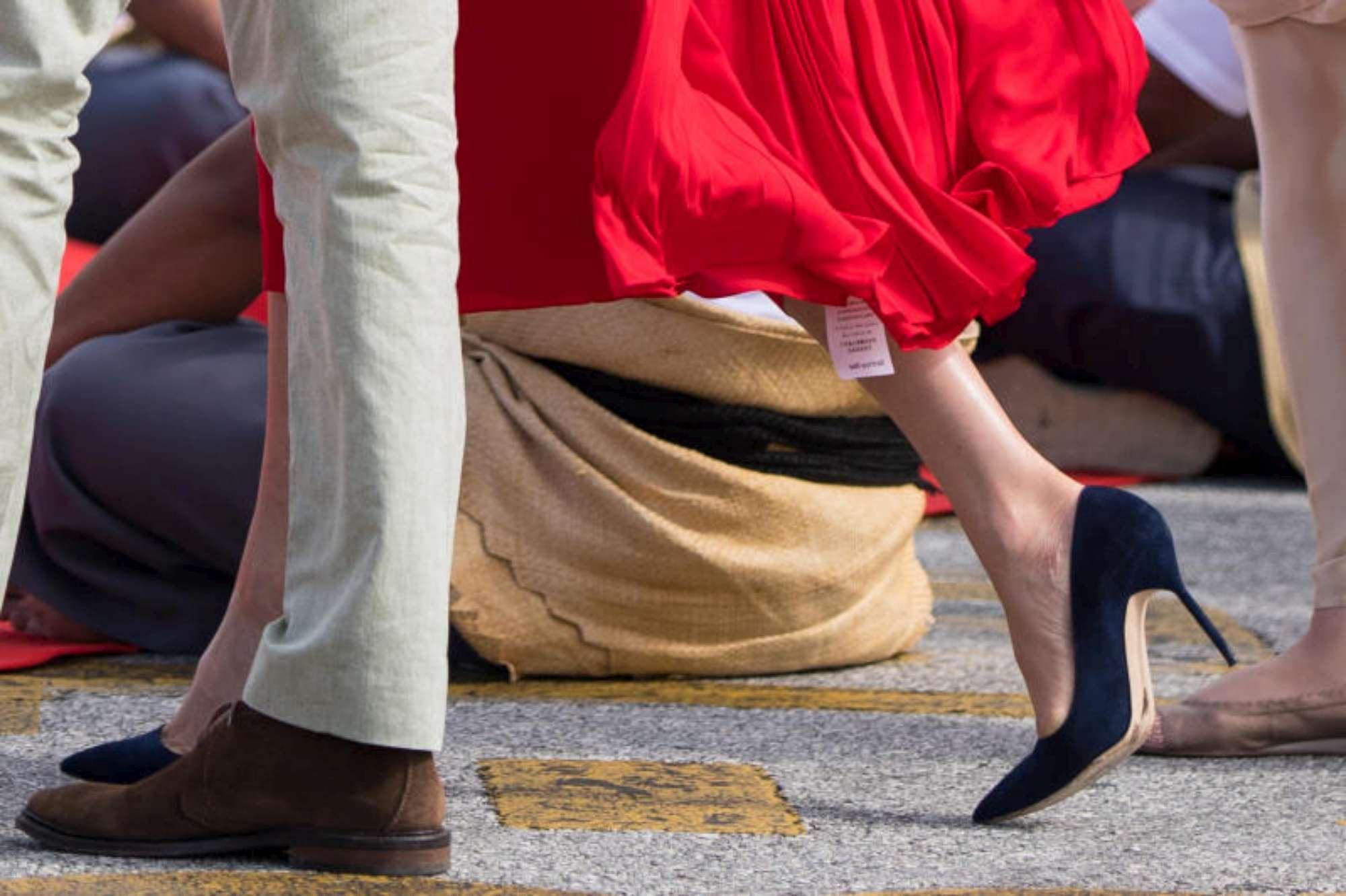 Meghan Markle, dall abito rosso spunta il cartellino