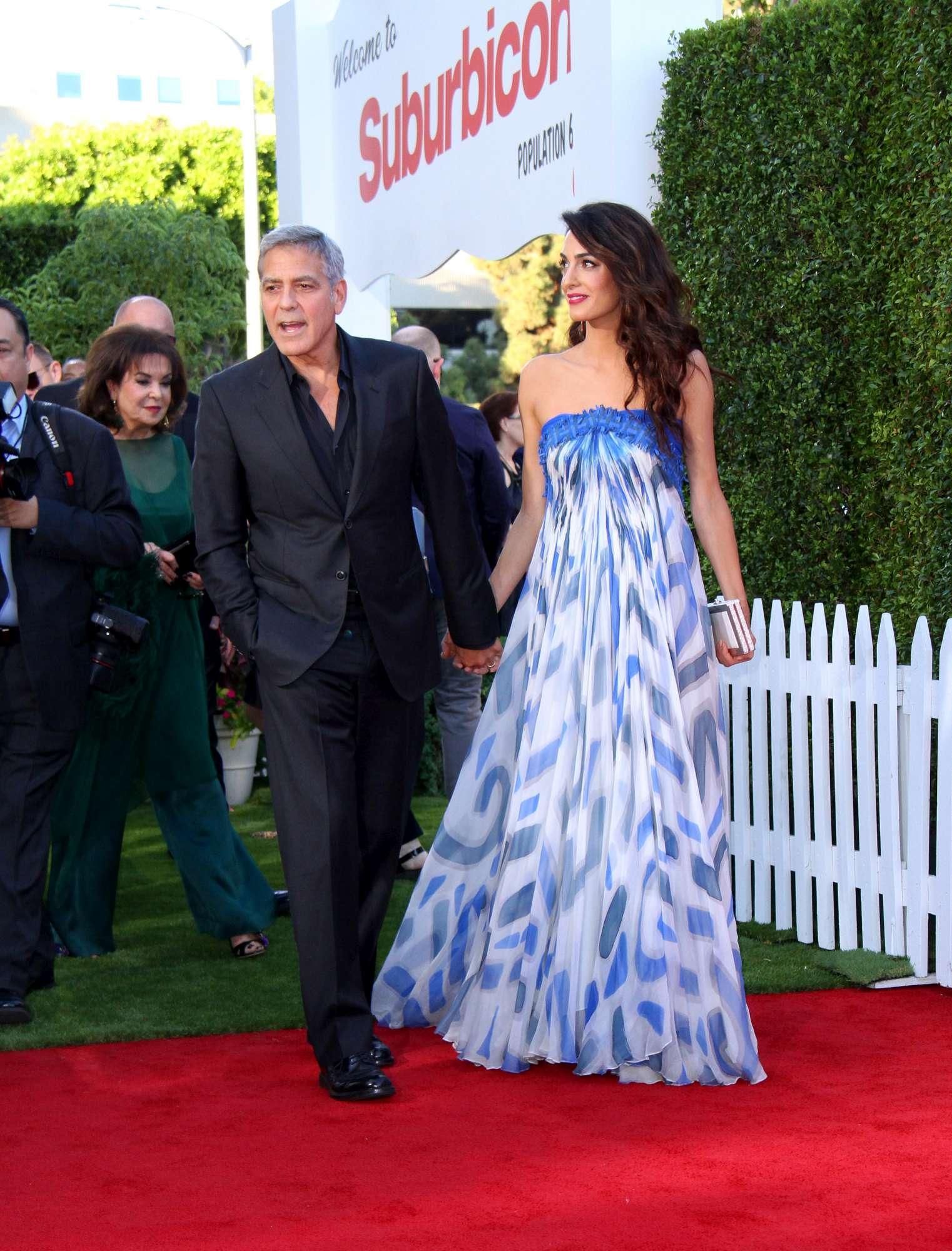 George Clooney, mano nella mano con Amal ma... c è anche la suocera