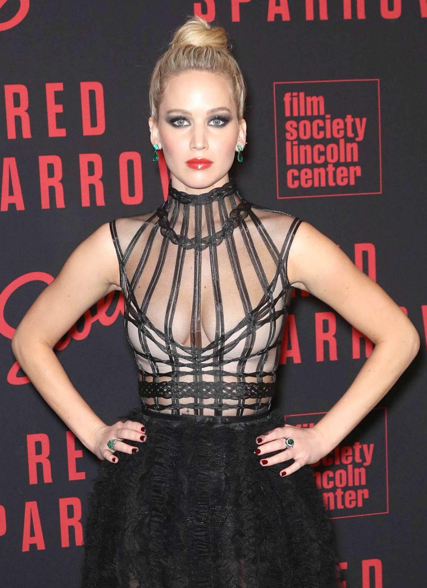 Jennifer Lawrence, posa da guerriera e incidente sexy sul red carpet