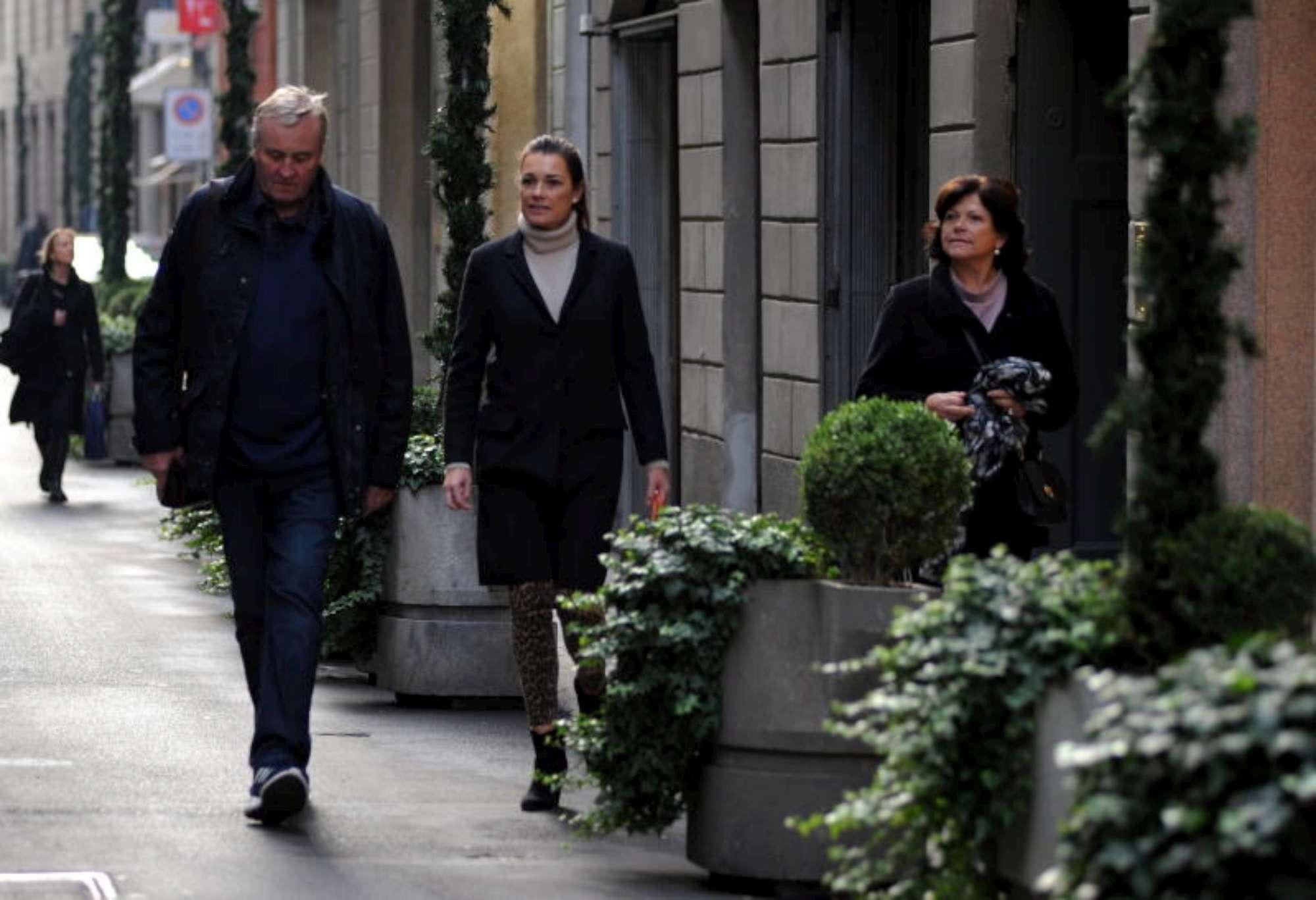 Alena Seredova a Milano con i genitori: guarda il suo black friday