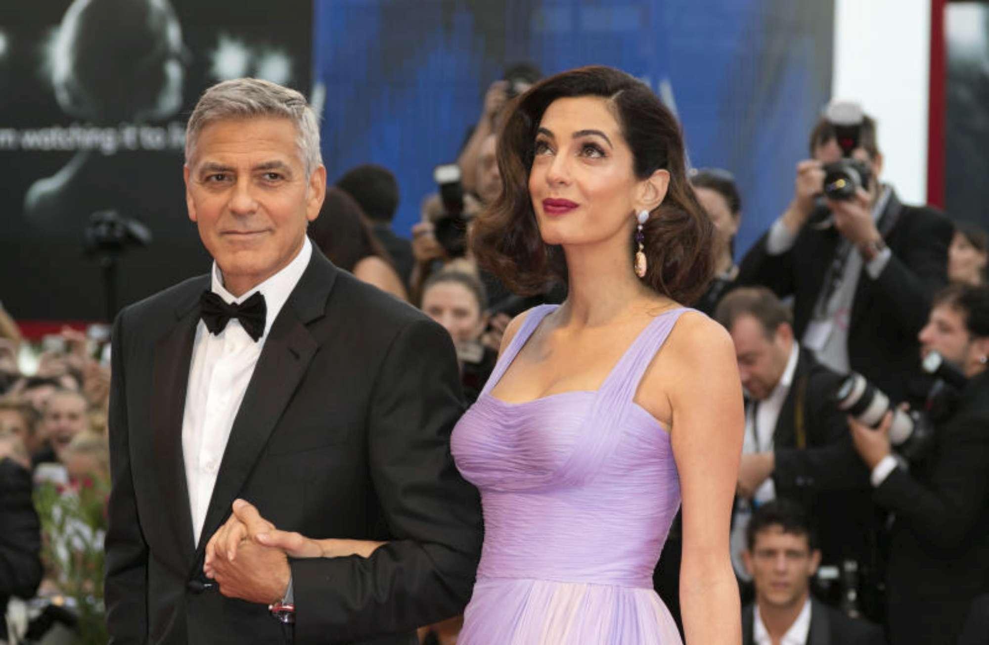 Clooney-Amal, è giallo sulla crisi: lei è  fuggita  in Sardegna con i gemellini?