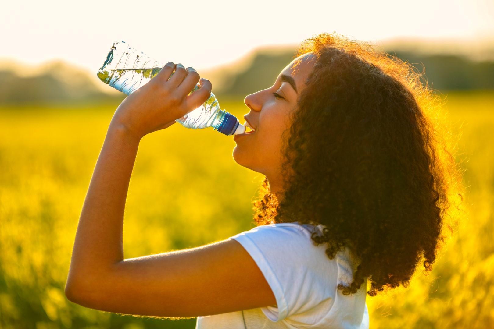 Acqua: gli accorgimenti per bere di più