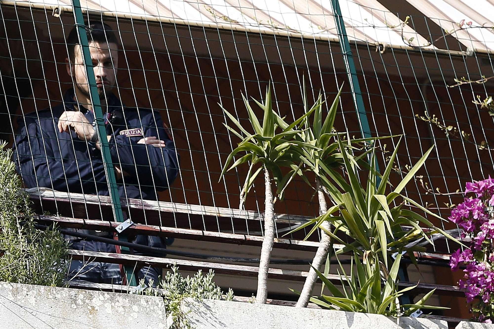 Roma, bimbo di 8 anni precipita dal quinto piano