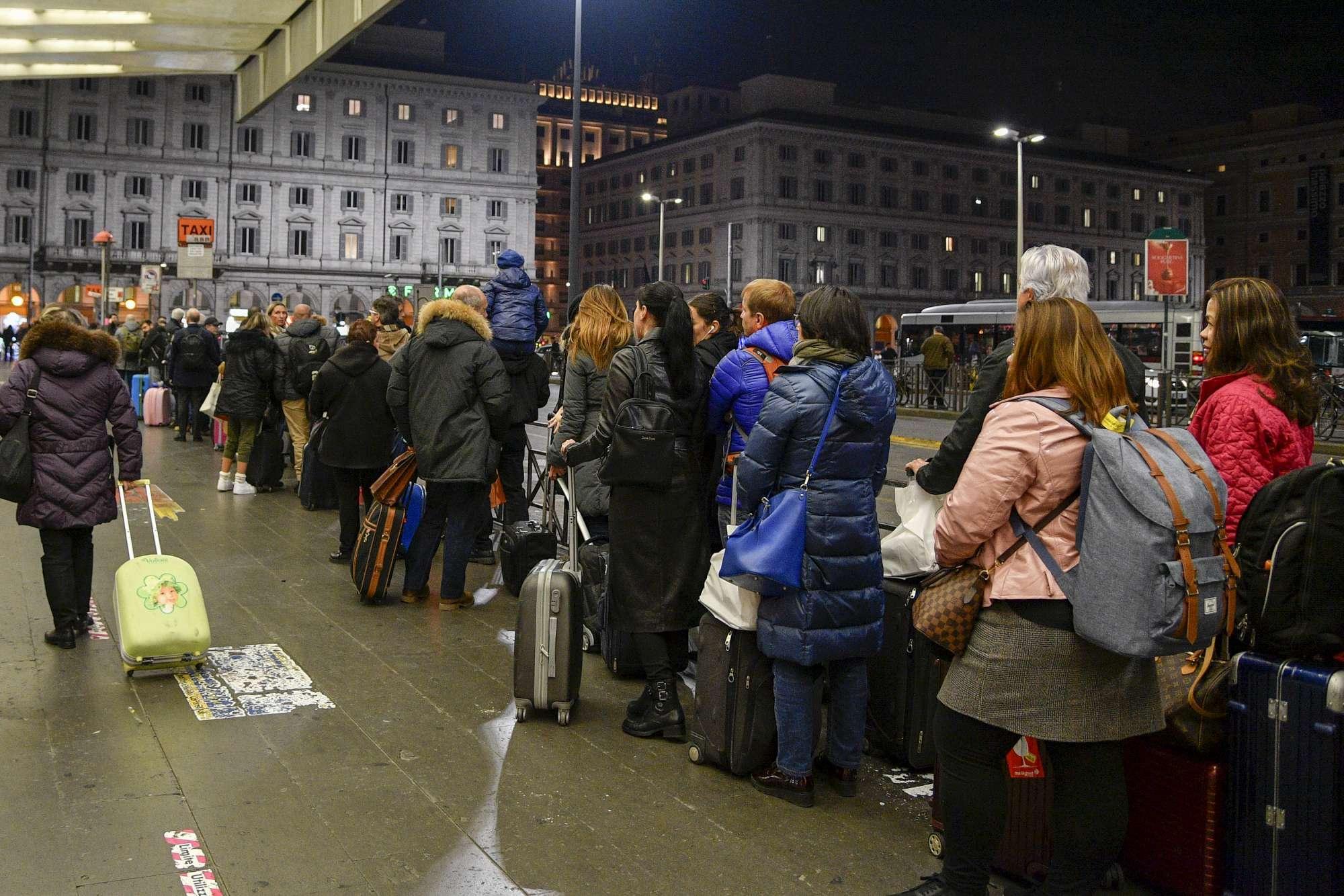 Ncc, rivolta dei tassisti a Roma: sospeso il servizio a Termini e Fiumicino