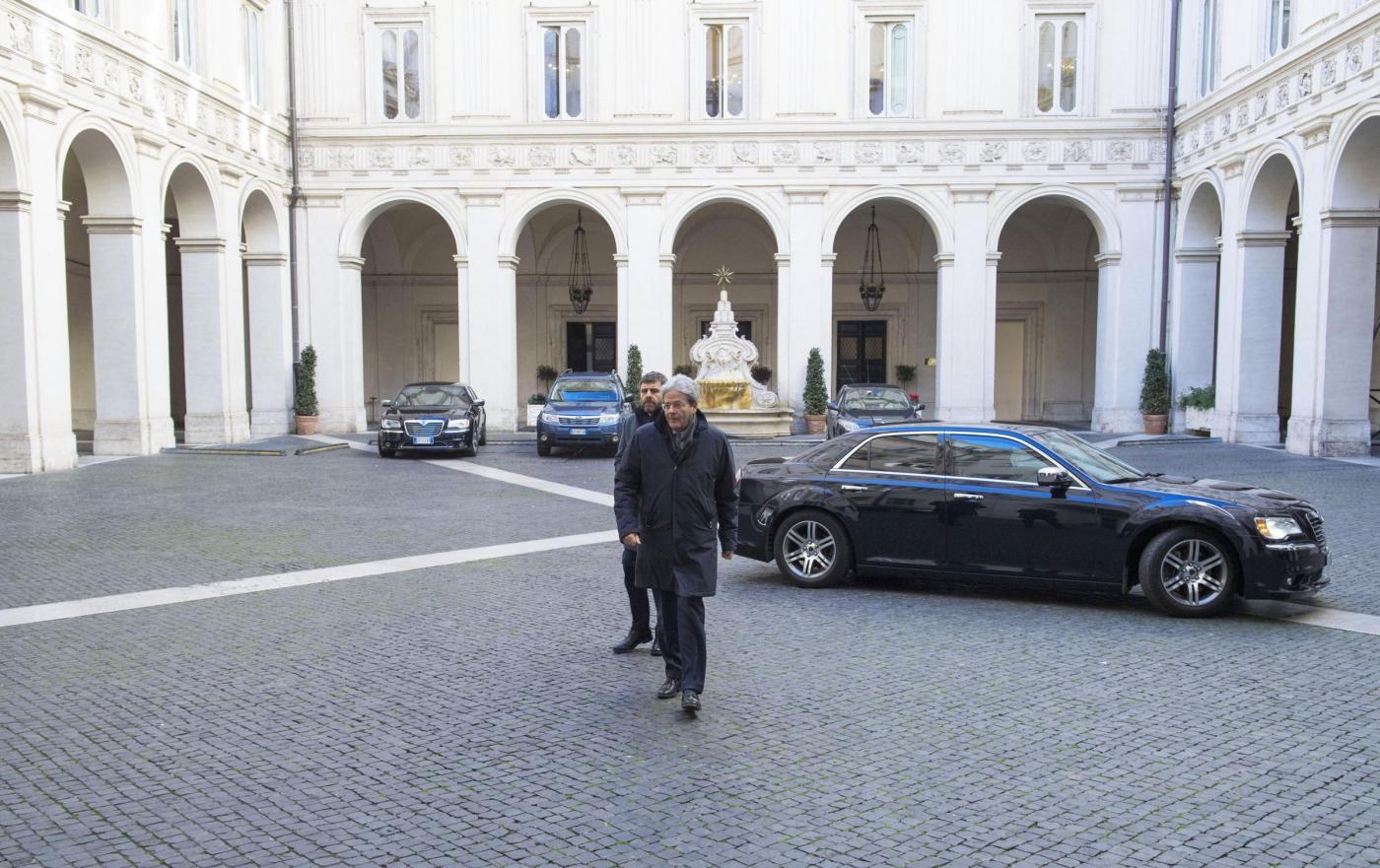 Gentiloni torna al lavoro: l arrivo a Palazzo Chigi dopo aver lasciato l ospedale