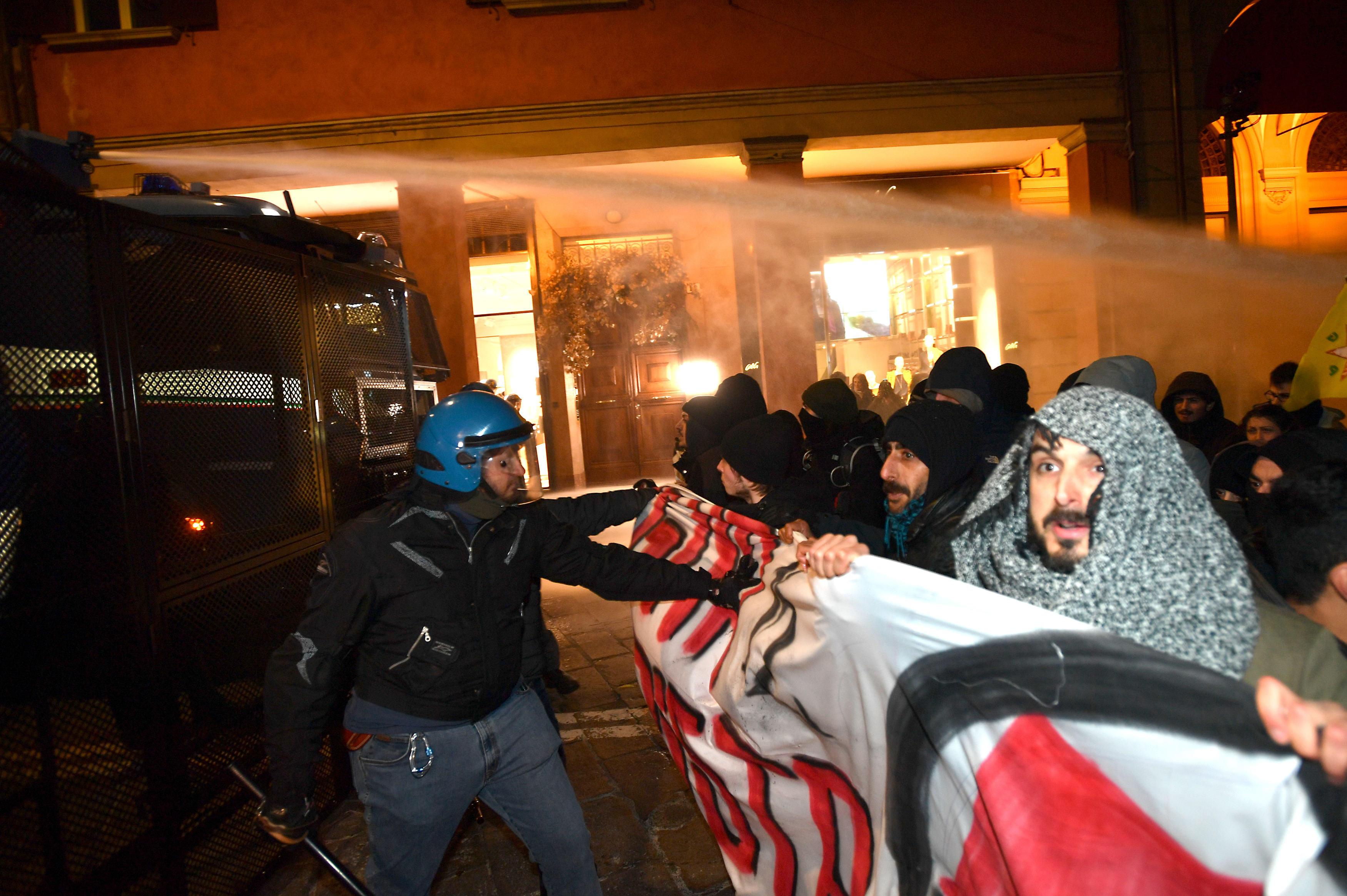 Scontri a Bologna, polizia sgombera presidio degli antagonisti