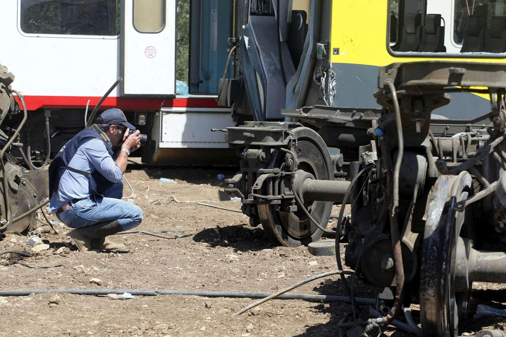 Scontro treni in Puglia, il sopralluogo della scientifica tra i rottami