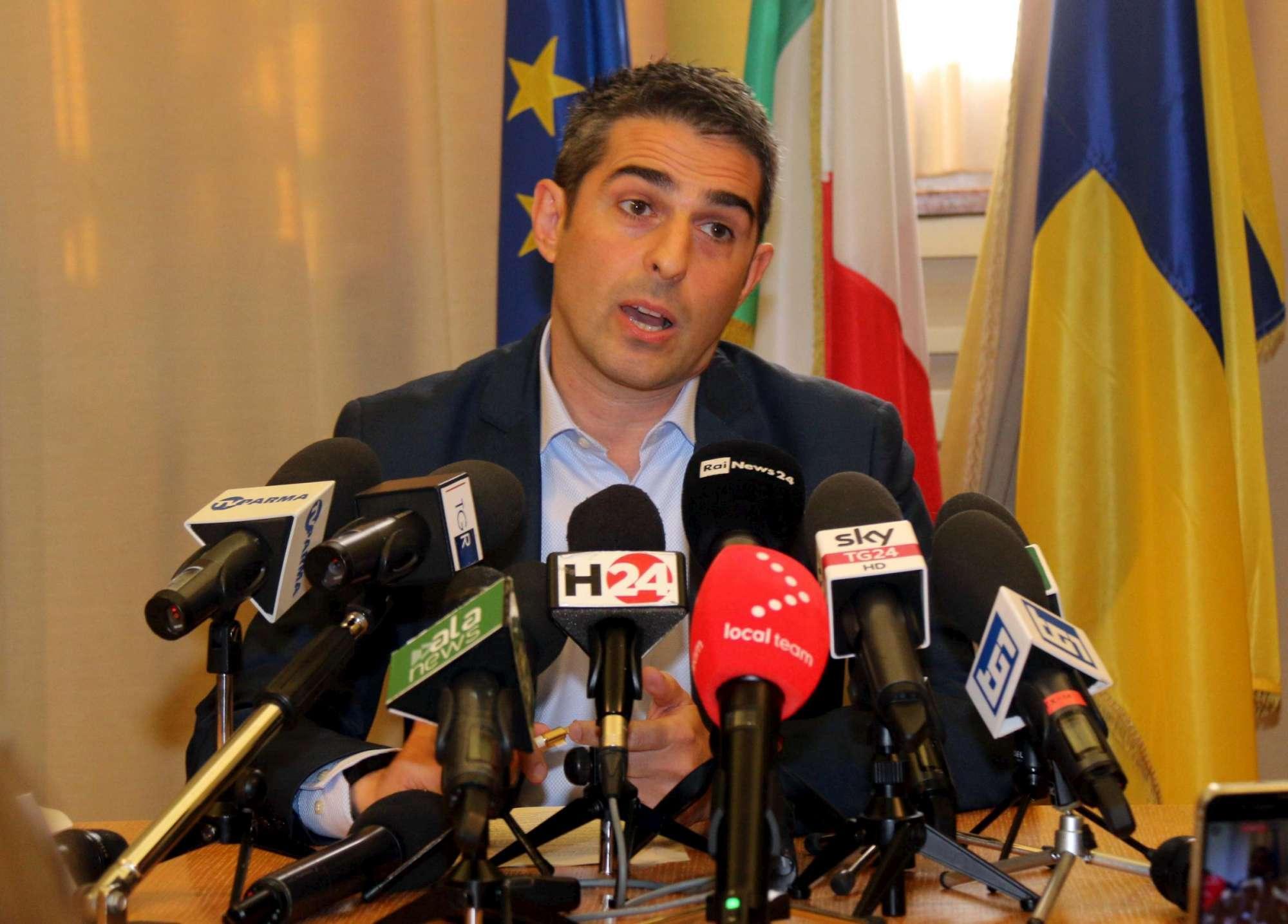 M5s, la conferenza stampa d addio di Pizzarotti