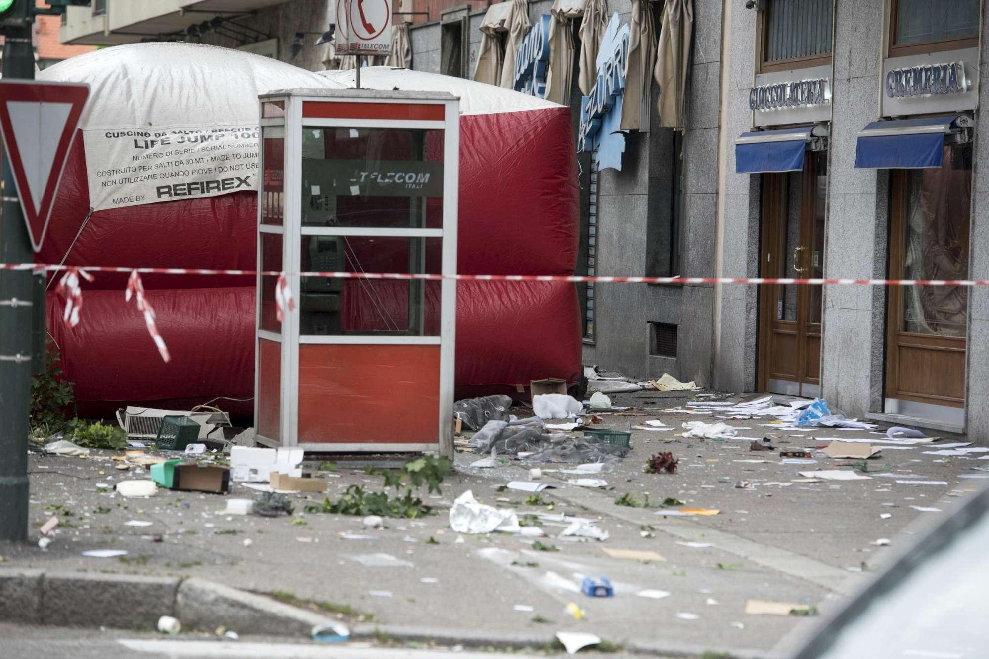 Paura a Torino, uomo armato barricato in casa