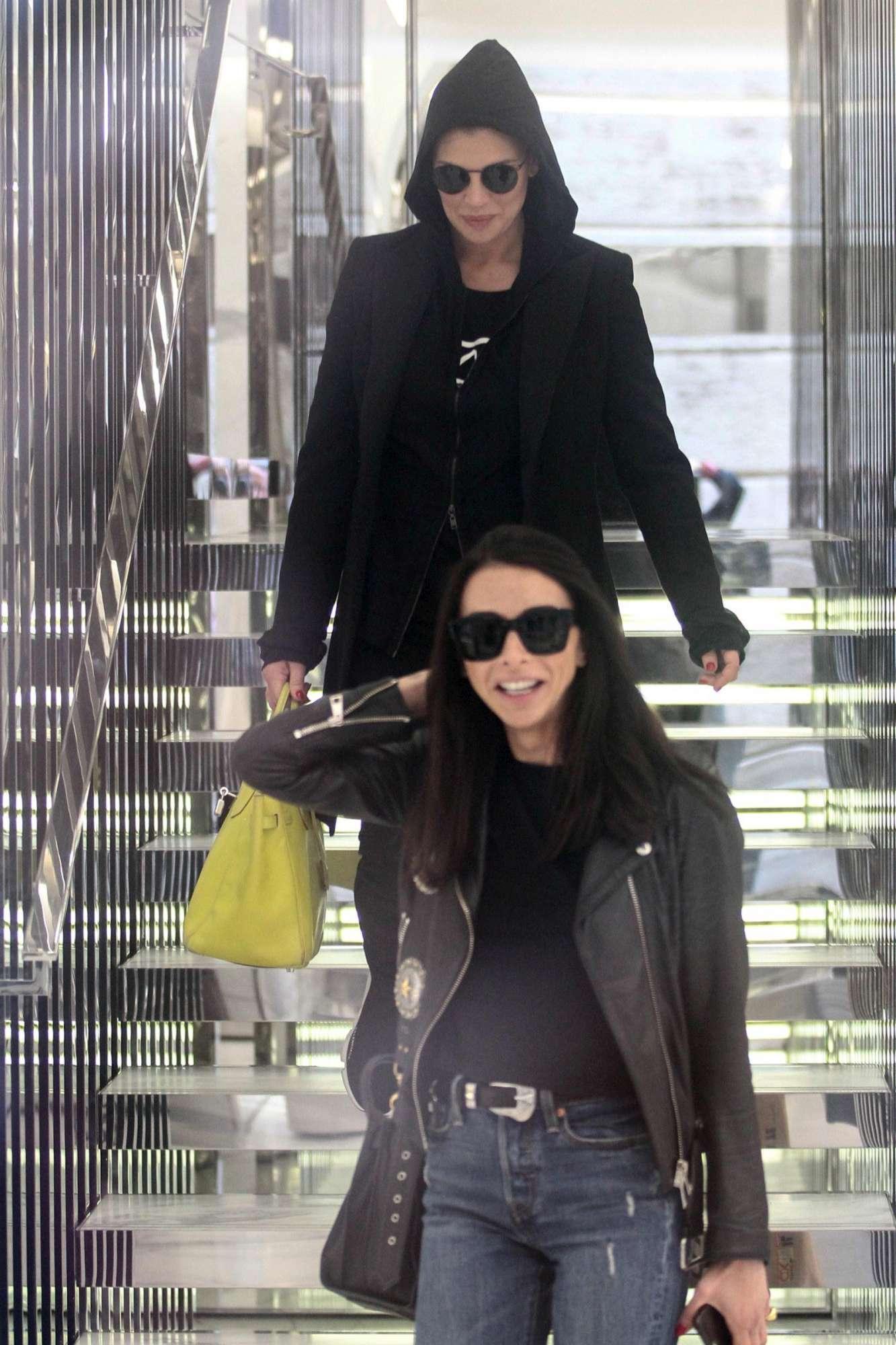 Claudia Galanti, shopping incappucciata a Milano