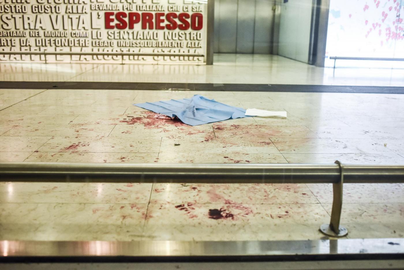 Milano, 20enne accoltella un agente e due militari in stazione Centrale