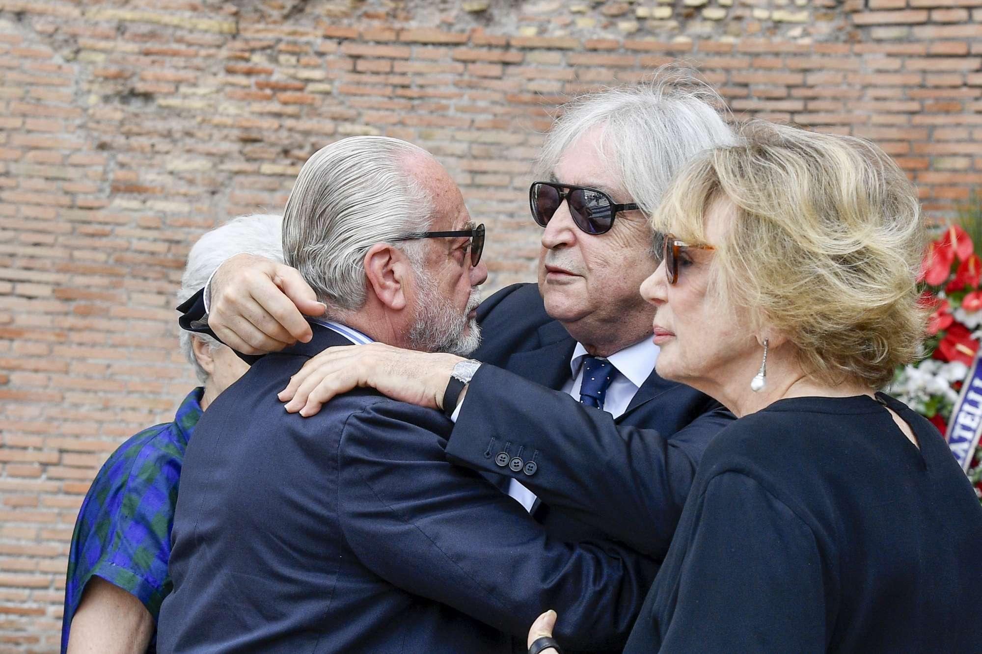Folla di vip ai funerali di Carlo Vanzina
