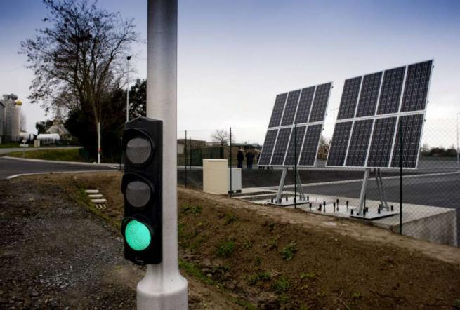 Francia, il traffico diventa  ecosostenibile : arriva il primo semaforo a energia solare