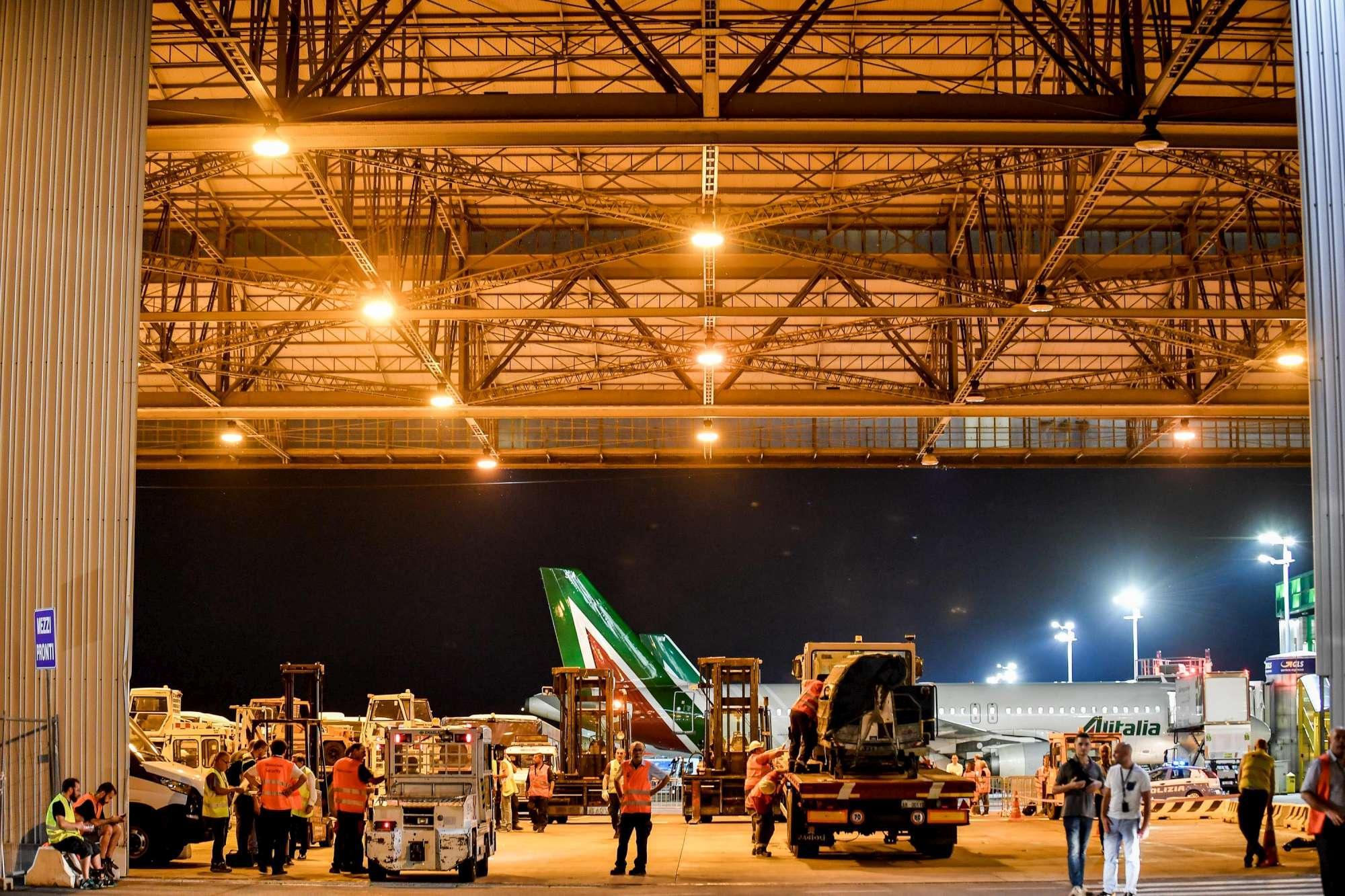 Chiude Linate: partito l ultimo volo, attrezzatura trasloca a Malpensa