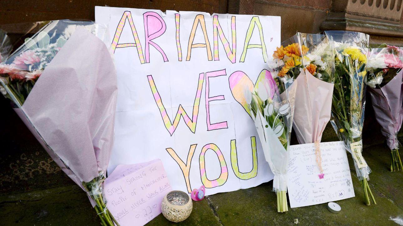 Manchester, fiori in strada per ricordare la strage degli innocenti