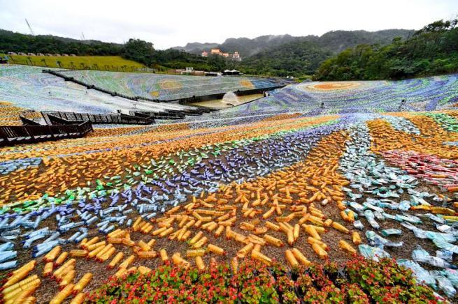 Cina, il riciclo è artistico: creato enorme mosaico solo con bottiglie di plastica