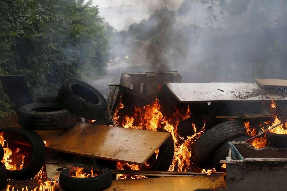 Roma, tensione allo sgombero dell ex scuola occupata: rifiuti bruciati e barricate