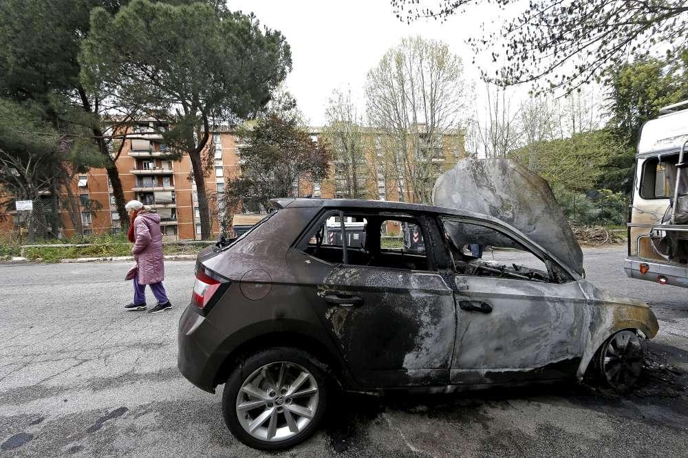 Roma, proteste per l arrivo di 60 rom in centro accoglienza