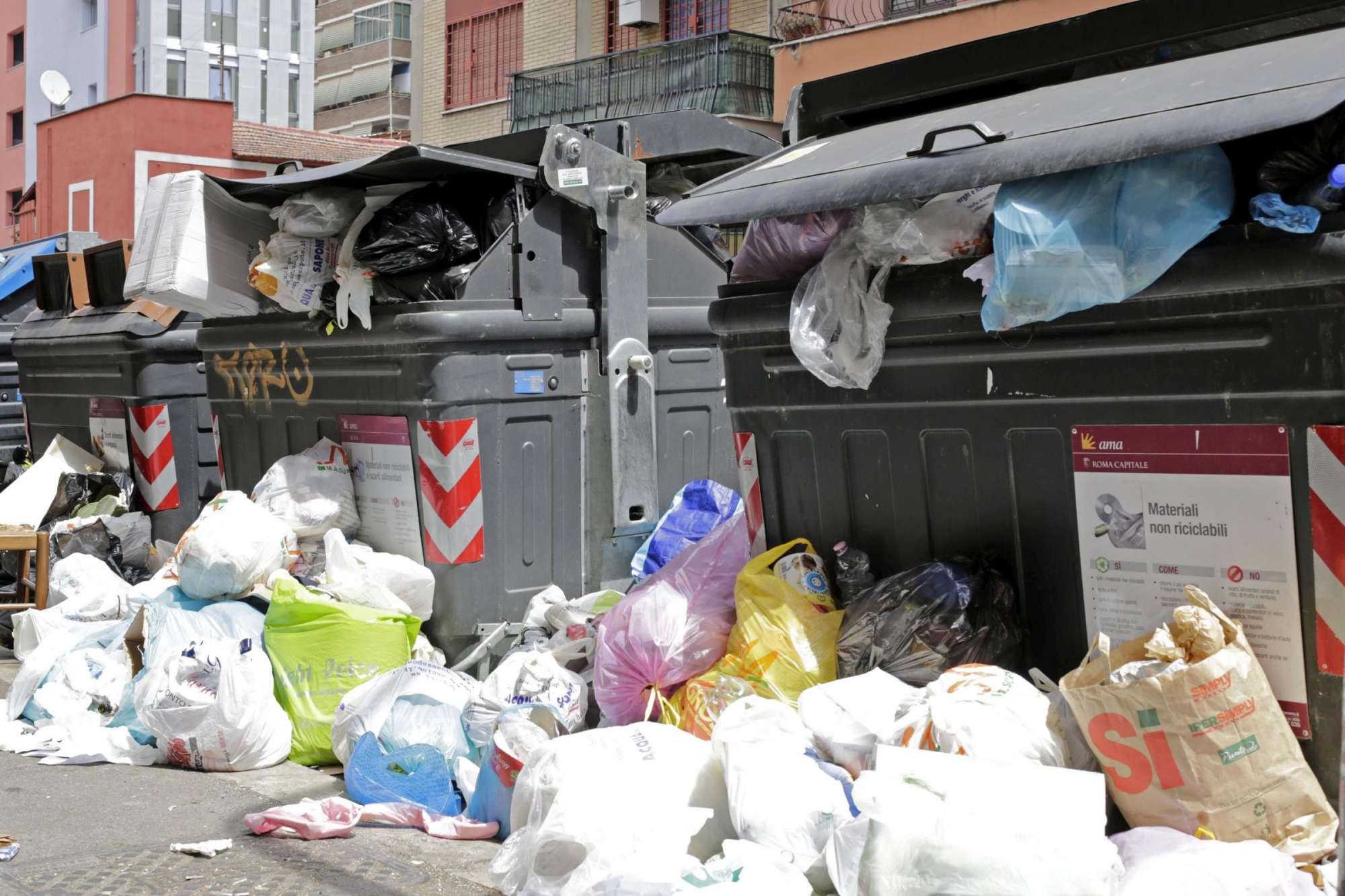 Roma sommersa dai rifiuti: caos nelle strade della Capitale