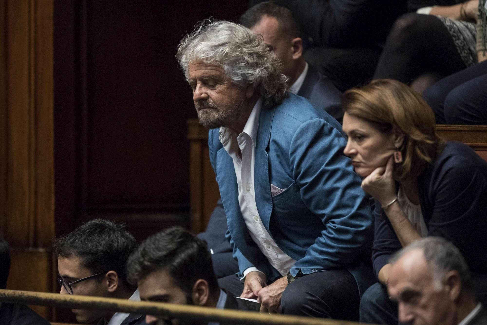 Grillo alla Camera dei deputati: tifo per il dimezzamento degli stipendi