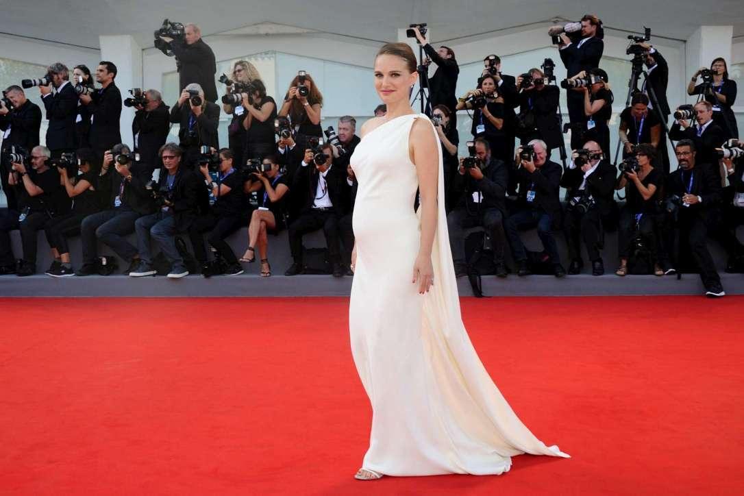 Natalie Portman, splendida sul tappeto rosso di Planetarium, mostra il pancino arrotondato...