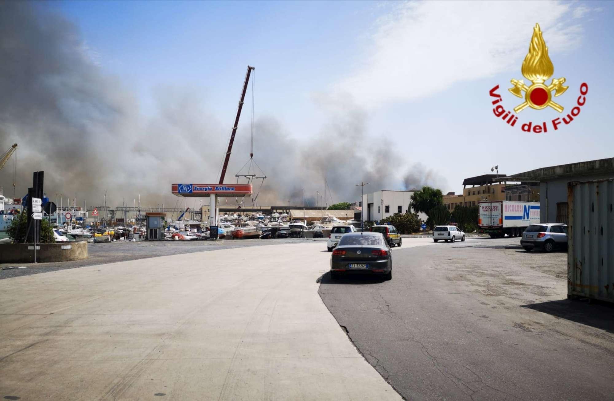 Plaia di Catania, vasto incendio sulla spiaggia